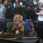 Elton John «en concert» dans une gare !