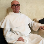 Un écclésiastique sosie de Bernard Cazeneuve