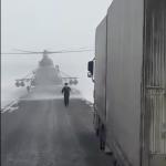 Quand un pilote d'hélicoptère demande sa route à un … chauffeur de camion !
